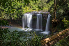 Denna härliga vattenfall som gemensamt är bekant som SHUKNACHARA, FALLER Arkivfoton