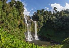 Denna härliga vattenfall som gemensamt är bekant som SHUKNACHARA, FALLER Arkivfoto