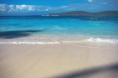 Denna kipiel, błękita jasnego piasek, wodny i biały zdjęcia royalty free