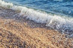 Denna kipiel na kamienistej plaży zdjęcia stock