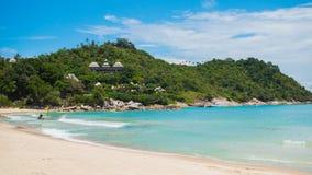 Denna kipiel na tropikalnej wyspie przy słonecznym dniem Zdjęcia Stock