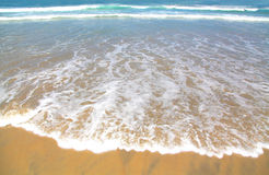 Denna ocean fala na plaży Tropikalnej zdjęcia stock