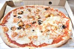 Denna pizza w pudełku obrazy stock