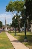 Denna trottoar pekar direkt in mot en monument för att förbundsmedlem s Royaltyfria Foton