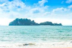 Denna wyspa, piaskowate plaże, ocean fala, lazurowi nieba i biały c, obrazy royalty free