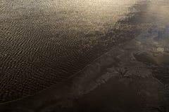 Denna zimna woda z lodem przy zmierzchem Fotografia Stock