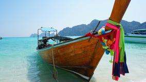 Denne d?ugoogonkowe ?odzie thai tradycyjne ?odzi Jaskrawi barwioni faborki Turkus, b??kit, jasny woda zdjęcie royalty free