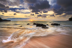 Denne fala biczują kreskową wpływ skałę na plaży Fotografia Royalty Free