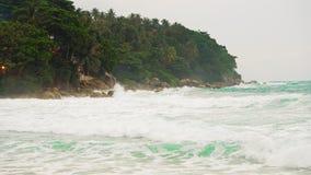 Denne fala biją przeciw brzeg tropikalna wyspa z drzewkami palmowymi silne fala, burza zbiory wideo