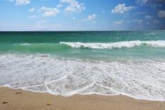 Denne fale łamają na piaskowatej plaży jako tło obrazy royalty free