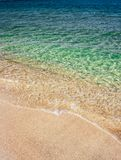 Denne fale błękitna przejrzysta woda na piaskowatej plaży obrazy stock