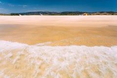 Denne ocean fala myje żółtego piasek przy plażą Kurort, wakacje dalej Obraz Stock