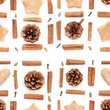 Denneappel, kaneel, de inzameling van koekjeskerstmis op wit wordt geplaatst dat Stock Foto
