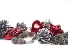 Denneappel op witte achtergrond met Kerstmisballen die wordt geïsoleerd Royalty-vrije Stock Foto