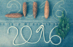 Denneappels, verse tak van Kerstmisboom en de aantallen 2016 Royalty-vrije Stock Foto