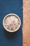 Dennego aromatherapy kąpielowa sól, odgórny widok zdjęcie royalty free