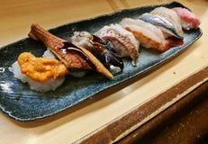 Dennego czesaka roe i unagi piec na grillu dennej ryba suszi słuzyć świeżego Fotografia Stock