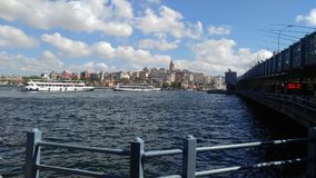Dennego nieba łódkowaty ładny most Obraz Royalty Free