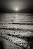 Dennego oceanu Wodne fala I słońce Przy zmierzchu tłem Zdjęcia Stock