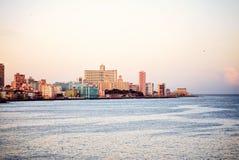 Dennego widoku Nacional de Kuba Malecon oceanu hotelowe Atlantyckie ameryka łacińska zdjęcie stock