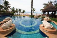 Dennego widoku pływacki basen z żaby fontanny statuami, słońc loungers obok ogródu i pagodą, Obrazy Royalty Free