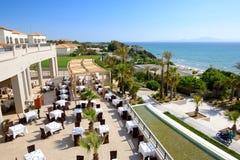 Dennego widoku plenerowa restauracja przy luksusowym hotelem Obrazy Stock