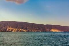 Denni i skaliści brzeg w fjords zatoka Oman obrazy stock