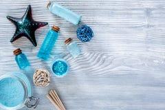 Denni kosmetyki Morze sól, błękitna glina i płukanka na drewnianym tło odgórnego widoku copyspace, Zdjęcie Stock