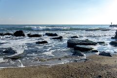 Denny †‹â€ ‹krajobraz z morzem macha spadać na skałach rozpraszać wzdłuż seashore Fotografia Stock