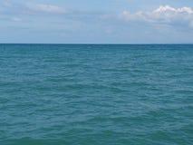 Denny błękitny widok, ocean przeciw niebu Zaciszność krajobraz, spokój Piękny tło obrazy stock