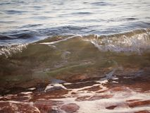 Denny brzeg, mała falowa kipiel i morze, pienimy się Fotografia Stock