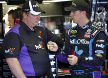 Denny Hamlin avec le chef d'équipage Mike Ford Photo stock
