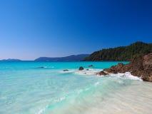 Denny i biały piasek z jasnym niebieskim niebem Obraz Royalty Free