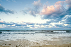 Denny i tropikalny niebo w Karaiby plaży na wschodzie słońca obraz royalty free