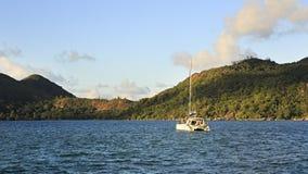 Denny jacht w oceanie indyjskim na tle wyspa Obrazy Royalty Free