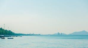 Denny ocean na piaskowatej plaży z turystami Zdjęcie Stock