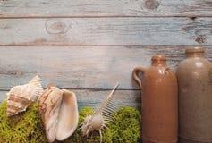 Denny tło z skorupami i butelkami Zdjęcie Royalty Free