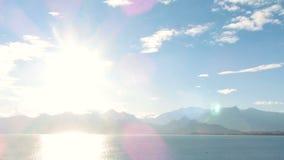Denny widok Timelapse I niebo Denny widok przy słońce promieniami na góry tle zdjęcie wideo