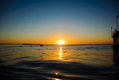 Denny wschód słońca w miękkich fala Obrazy Royalty Free