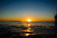 Denny wschód słońca w miękkich fala Obraz Stock