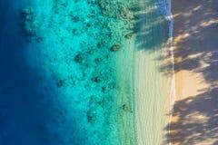 Denny wybrzeże jako tło od odgórnego widoku Turkusu wodny t?o od odg?rnego widoku Lata seascape od powietrza Bali wyspa, Indonesi fotografia royalty free