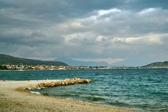 Denny wybrzeże, góry i budynki Trogir wioska, Obrazy Stock