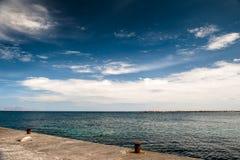Denny wybrzeże i niebieskie niebo Obrazy Royalty Free