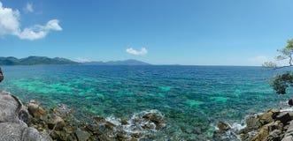 denny wybrzeże i niebieskie niebo w Lipe wyspie, Obrazy Stock