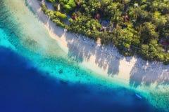 Denny wybrze?e jako t?o od odg?rnego widoku Turkusu wodny t?o od odg?rnego widoku Lata seascape od powietrza Bali wyspa, Indonesi zdjęcia royalty free