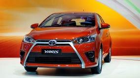 Dennya Toyota Yaris på den motoriska expon 2013 för 30th International royaltyfri bild
