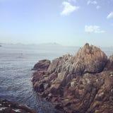 Dennych skał plażowy niebieskie niebo Fotografia Stock