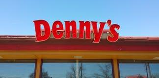 Dennys restauracja i amerykanina gość restauracji w, 2017 -/- Obrazy Stock