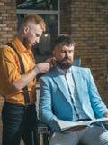 Denominação com barbeador Tesouras do barbeiro Barbeando o homem e o homem da l?mina Ferramentas da barbearia no fundo de madeira imagem de stock