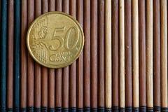 A denominação da moeda do Euro é 50 euro- centavos encontra-se na tabela de bambu de madeira Fotos de Stock